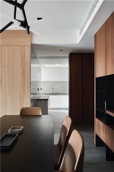 原木餐厅设计,营造了温暖与舒适的氛围,给生活留出更多空间。