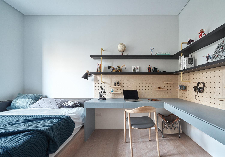 卧室使用蓝色为主基调,工作台L型设计提升了空间利用率,日常使用更为高效。