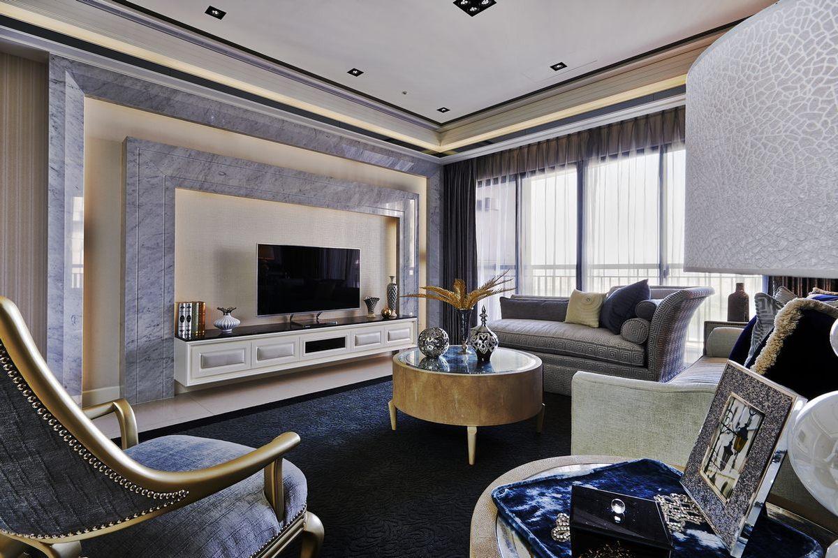 客厅吊顶选择简易筒灯,摒弃了空间上的压抑感;电视背景墙采用平直线进行勾勒,显得更加优美。