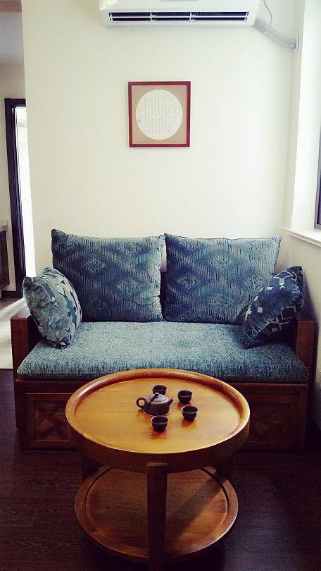 房主人对沙发的选择很用心,与电视柜相呼应,抱枕和坐垫很有质感又能撑得起客厅整体的暗色调。