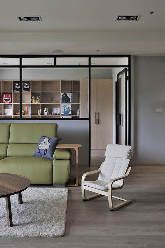 敞朗的入门视野可穿透清玻隔间牆,直抵全家五口共同阅读的书房。