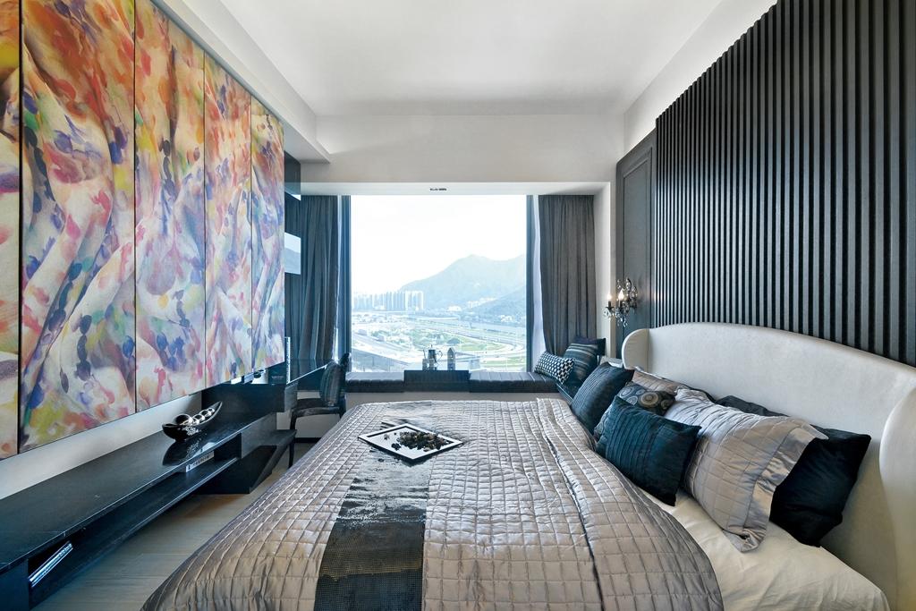 卧室中放置着舒适的大床,整个的柔软舒适之感,背景墙多了几分浪漫之感