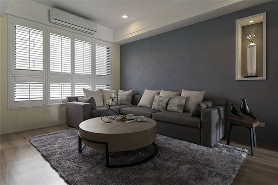 日光穿透百叶窗帘,与蓝灰色珪藻土墙面上的手感纹理,筛出层次立体光影。