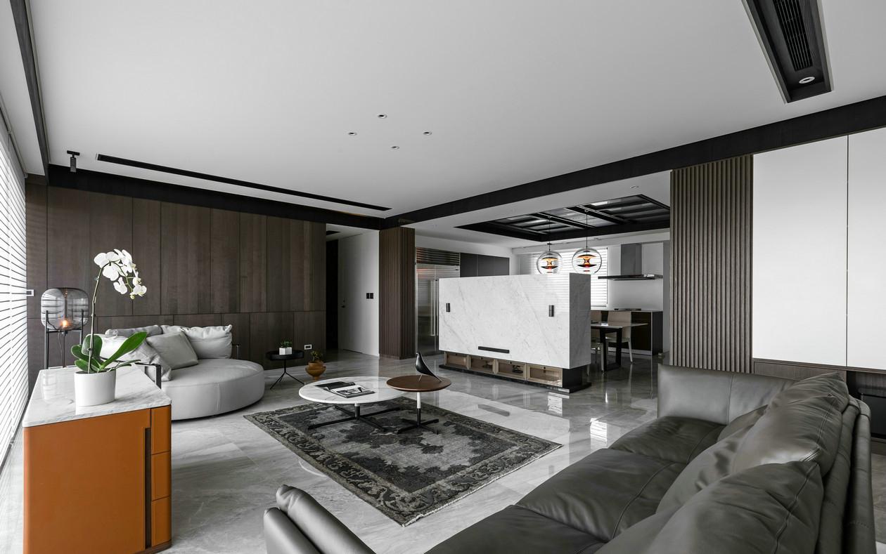 客厅的小格局,软装上很简单,主要依靠软装来装饰,经典的色调搭配