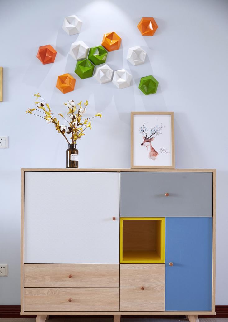 设计师帮业主搭配的拼色入户玄关柜,不仅增加了客厅的收纳空间,跳跃的色彩也使业主回家后都有好心情。