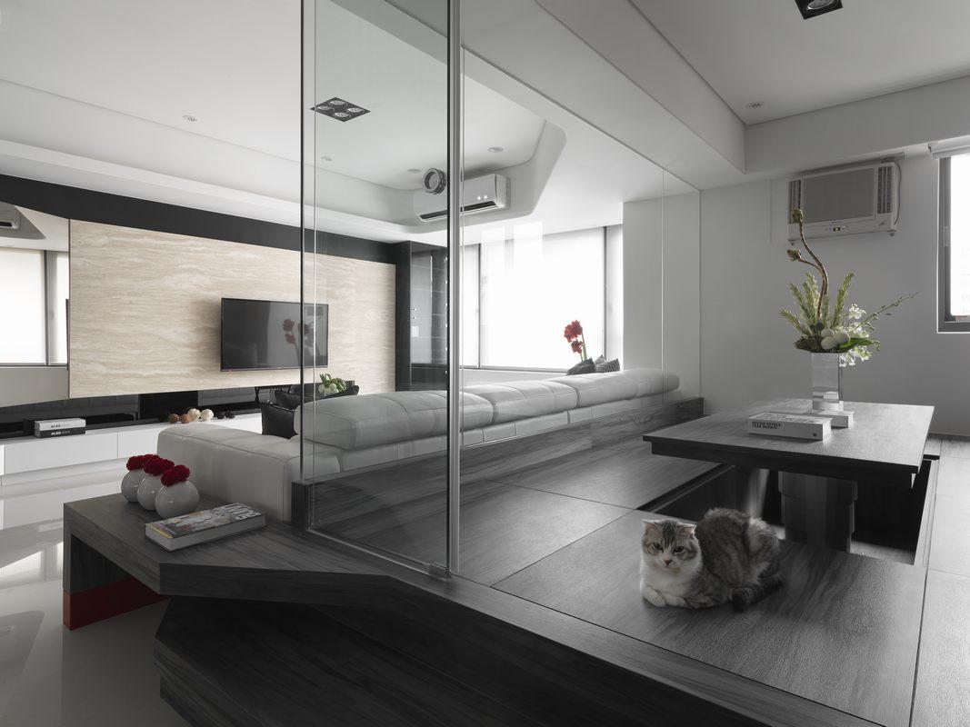 基于客厅面积较大,局部打造出玻璃房工作室,简单的美感令人窒息。