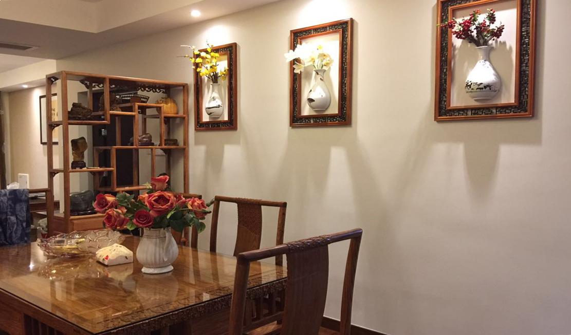 3D花瓶浮雕再配上纹样画框别有新意;用穿透的展示柜取代隔断,让灯光可以轻轻洒进空间内部,营造明亮氛围