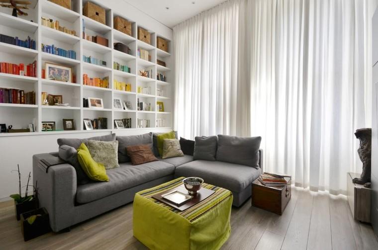 拆除原先的隔墙,为了充分利用空间,将大部分功能区设计在同一动线上纯白色的墙面,木质的地板,灰色的沙发