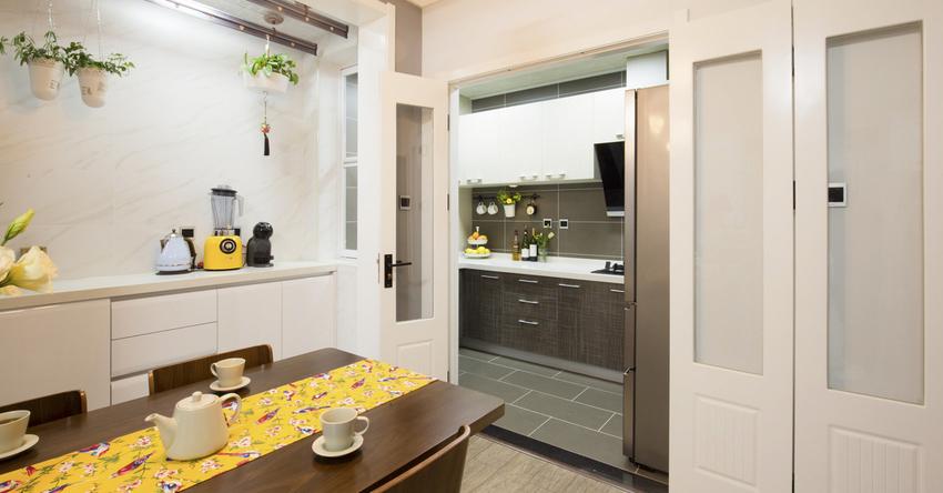 隐藏式的厨房避免了开放格局下的油烟问题。