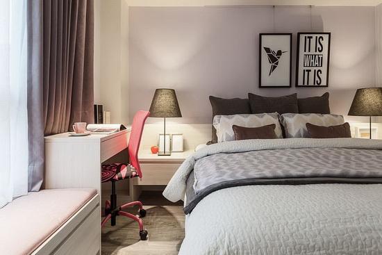 将床头板和床边柜、卧榻和书桌紧密相连,以机能合并设计手法,创造出一体成形的视觉造型。