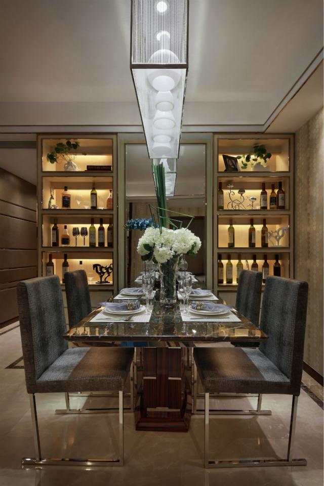 餐厅给我们展示一种对称美,镜面的使用会增大空间效果。