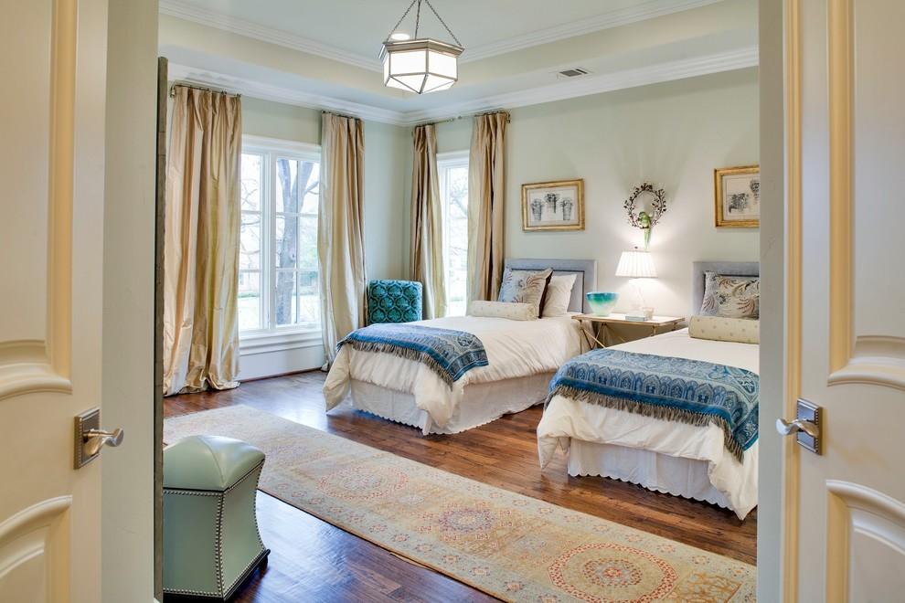 卧室的全貌就一目了然两张简单的小床,中间铺上毛绒绒的地毯,很是别致