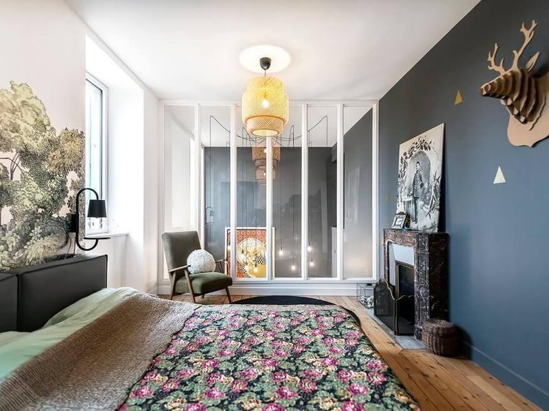 装饰品、壁画让卧房更具艺术品味,丰富的原色又不会产生视觉疲劳。