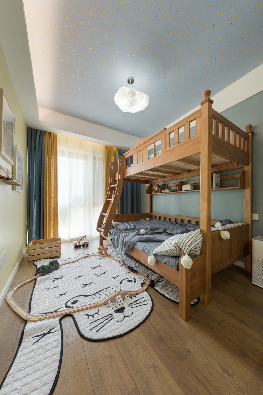 儿童房是木质的上下两层,清新亮丽非常适合孩子休息以及嬉戏