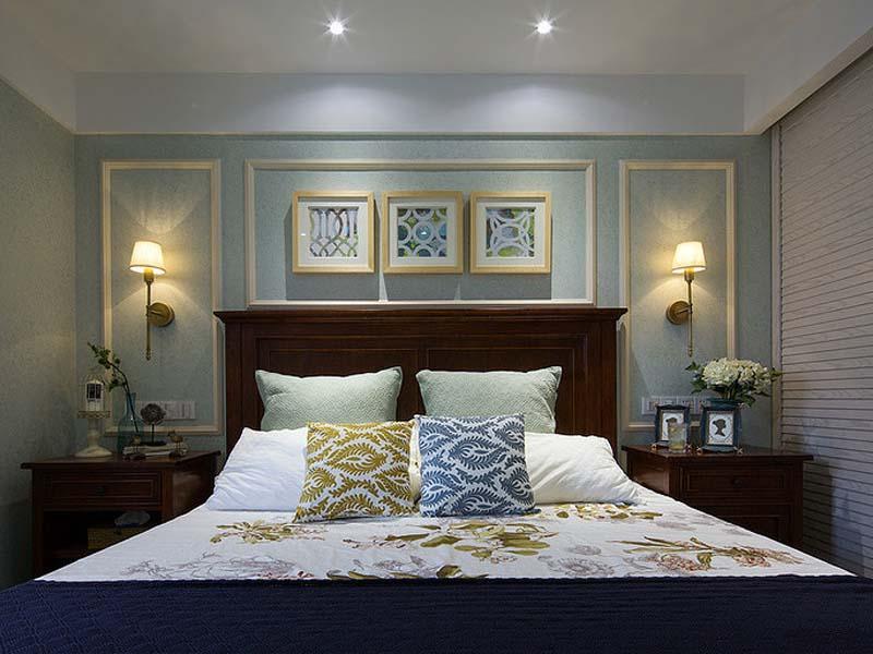 主人性格严谨,主卧设计方正对称,墙壁刷上浅浅的蓝绿色,配上深色的床上用品,唤起睡意。