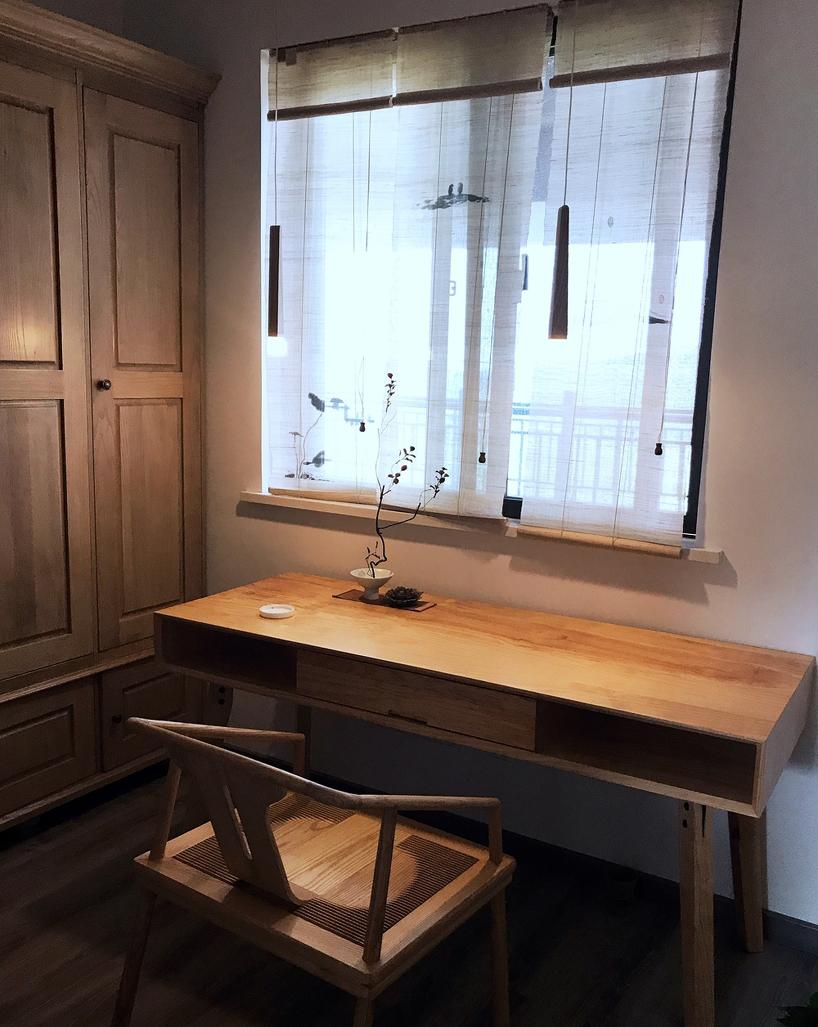 原木书桌搭配做旧柜门,书香气息十足。