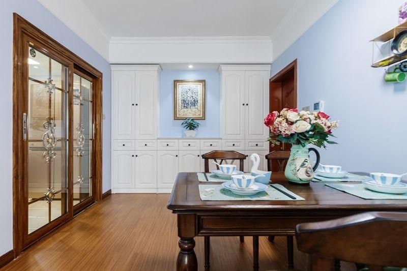 餐厅有了明显的美式风格,木质的餐桌椅和身侧门框都是经典的美式元素。