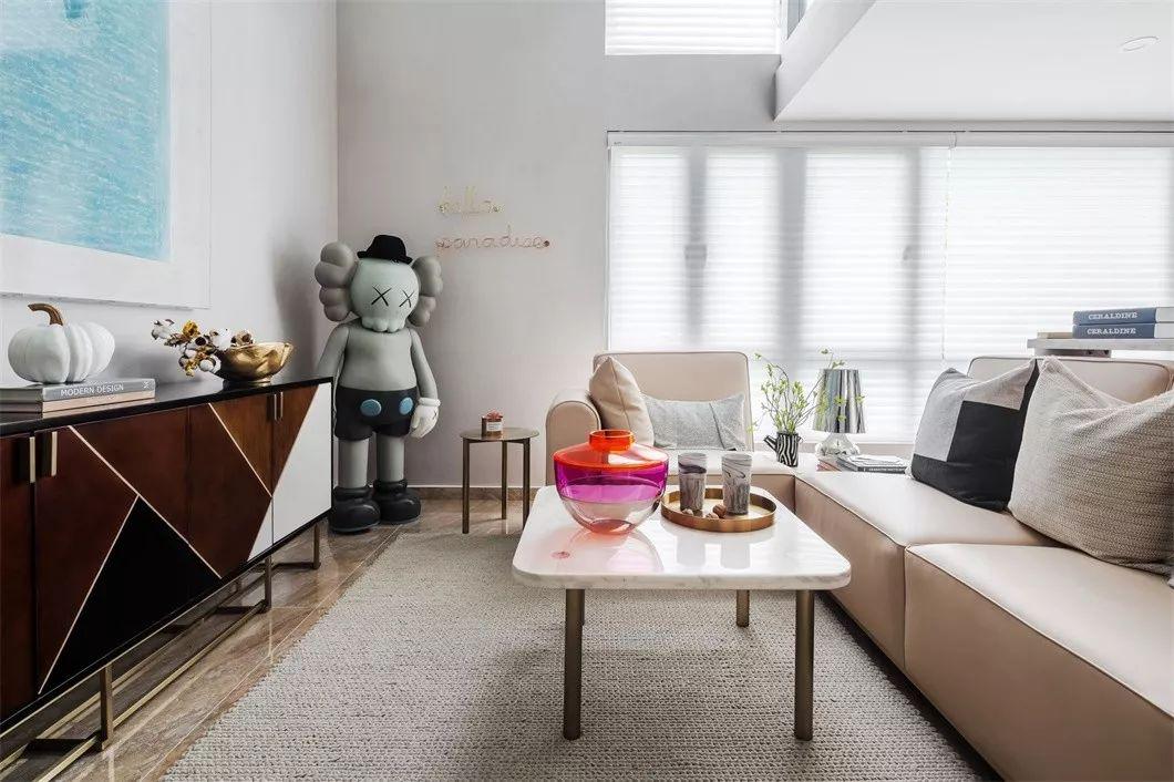 设计师为客厅搭配了整套杏粉色沙发。粉色的明亮度并不高,给人柔和的视觉效果的同时极具设计感。