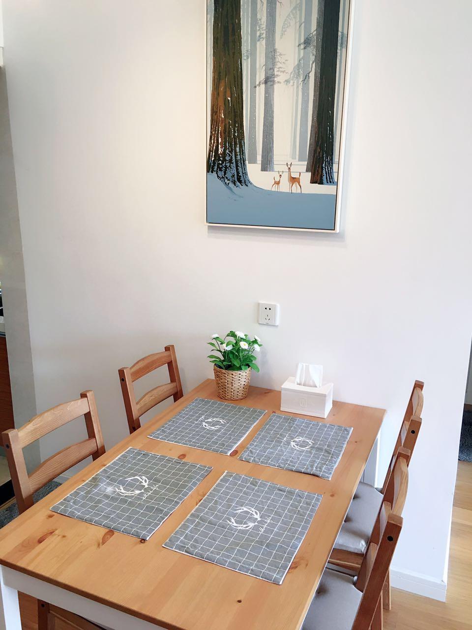 餐厅采用的也是北欧风的简约实木餐桌,一种自然地舒适感油然而生。