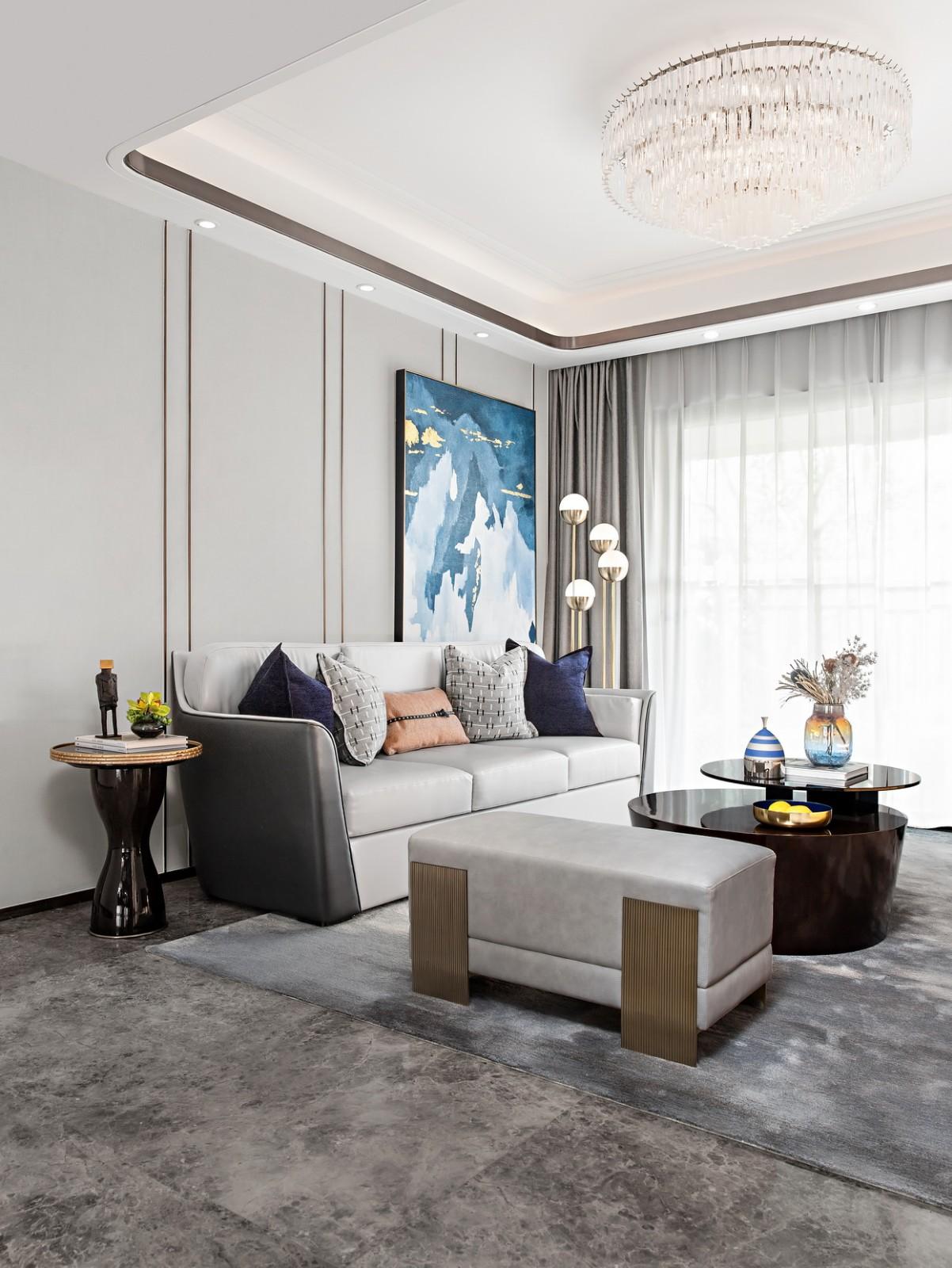 颇有艺术造型的茶几为空间增加了层次感,与背景墙挂画相辅相成,相得益彰。