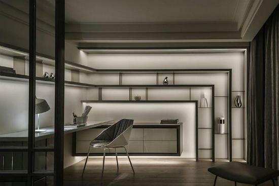 书房利用间接光源,打造柜体的悬浮意趣,柜子边缘、抽屉以斜角方式收边,制造轻盈、纤细质感。