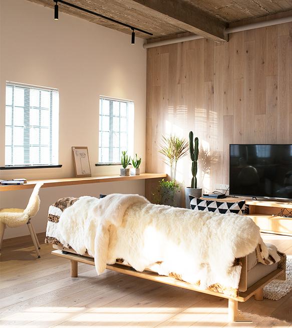 用和地板相同的材质装饰的电视墙,是一个很有趣的设计。既显得干净,且增加空间纵深感。