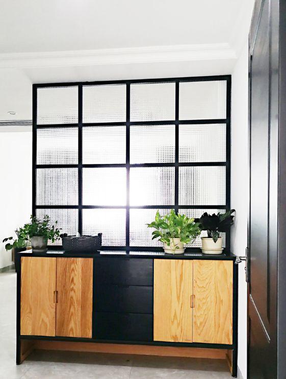 玄关柜把入户跟餐厅分割成两个区域,让入户区与用餐区各自独立。