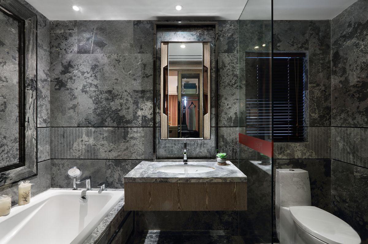 卫生间也是大理石上墙,浴池洗手台白色为主,干净整洁。