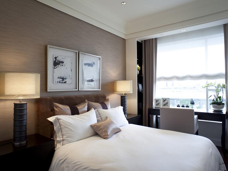 明亮的窗台提供足够多的光线照亮了窗边的书桌,也照亮了整个卧室。