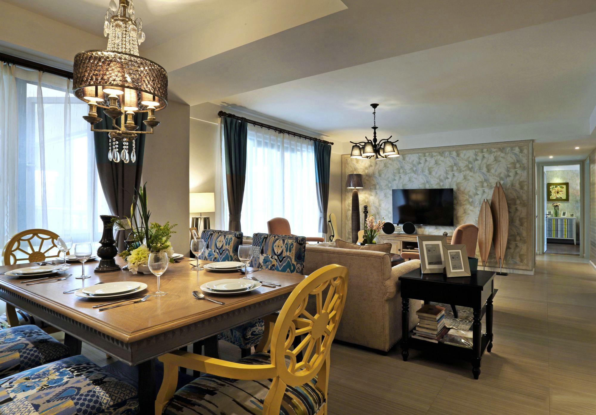 餐厅与客厅没有隔开,室内显得更加宽敞。