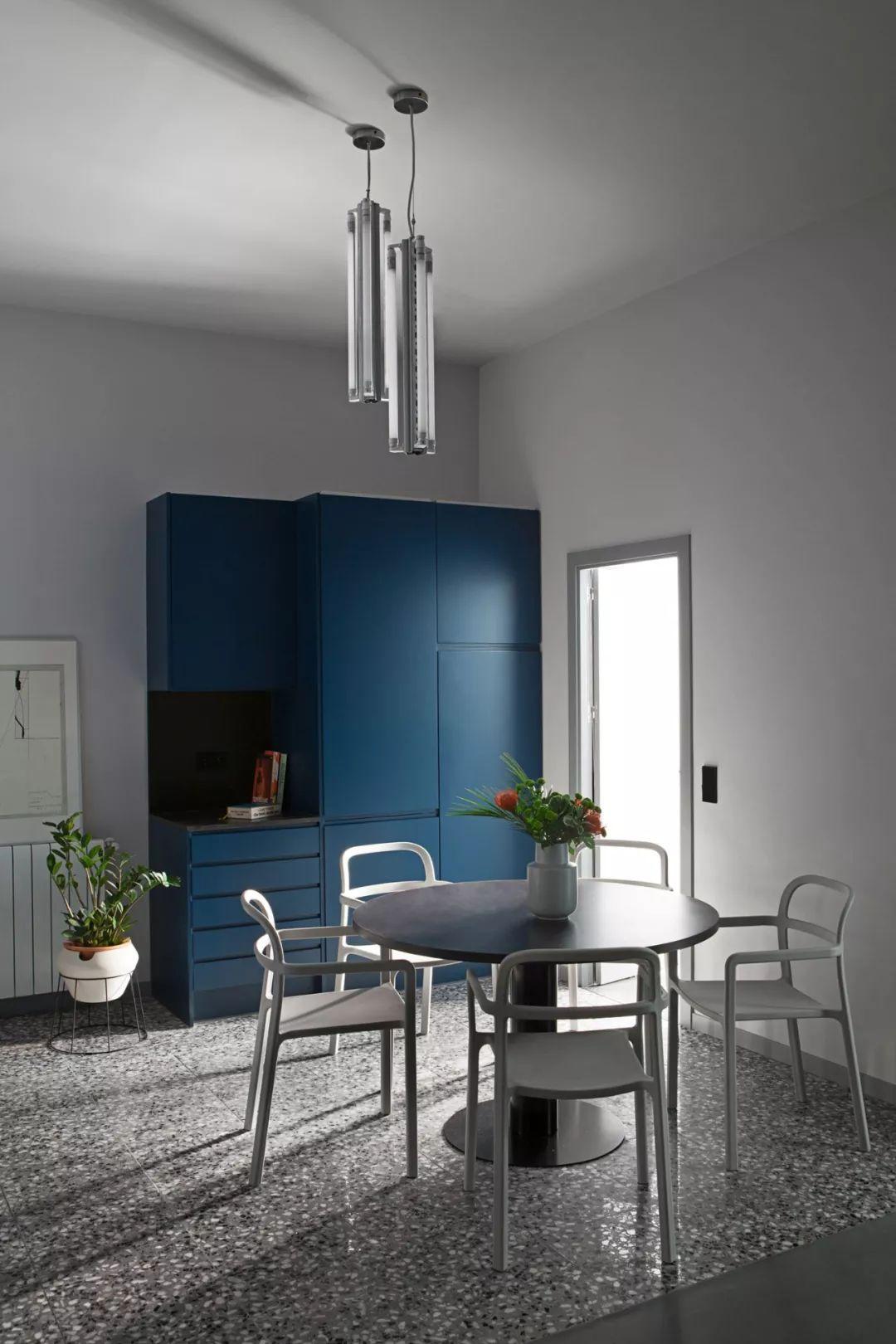 以蓝色为主的开放式厨房 烹饪简单的料理完全没问题 金属台面和挡板耐用又容易清洁。