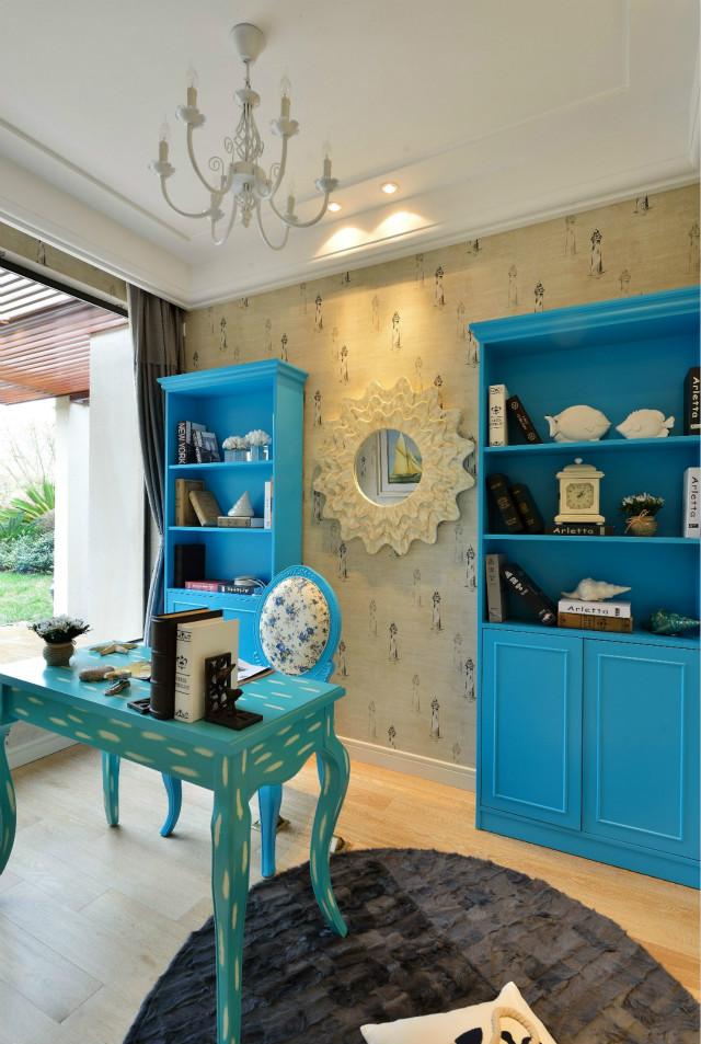 蓝色的书桌、蓝色的书架让人眼前一亮。宽大的落地窗为整个空间带来足够的光线。