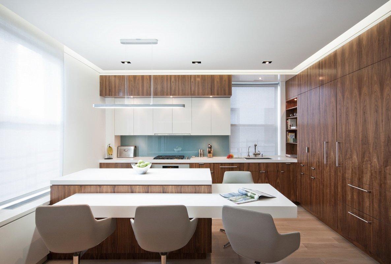 餐厅白色和木质铜色搭配格外的干净简约。