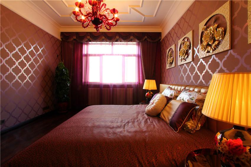 次卧用大面积的红色软转来点缀,给全屋刚硬的风格增加了温柔的元素,让人眼前一亮。