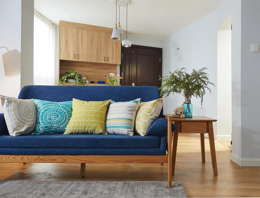 沙发一角,一盆小小的绿植,绿绿的叶片,是生机盎然,更是一个活力向上的精神气质,让空间生命力得到了延伸