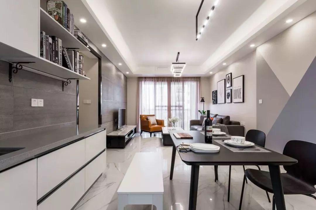 经典黑白搭配无处不在,黑白餐桌椅结合灯光给与人视觉上空间的延伸。