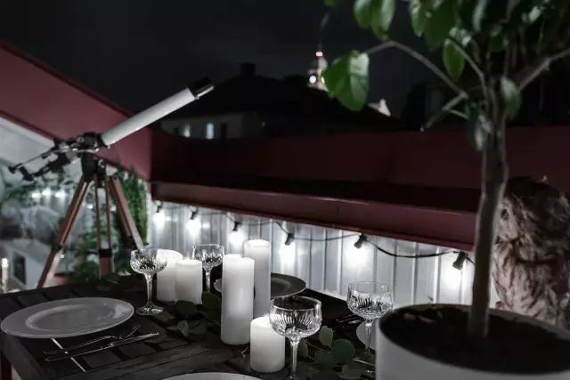 到了晚上,一些小吊灯,一些蜡烛,营造出一个浪漫的环境,在这里享用晚餐也是不错的选择。