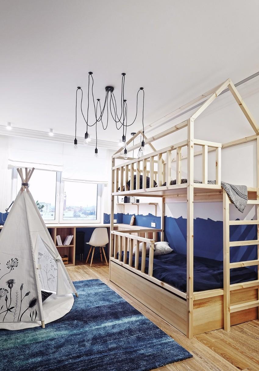 双层的实木框架床,简洁大方,丝毫不会影响儿童房的明亮和通透。