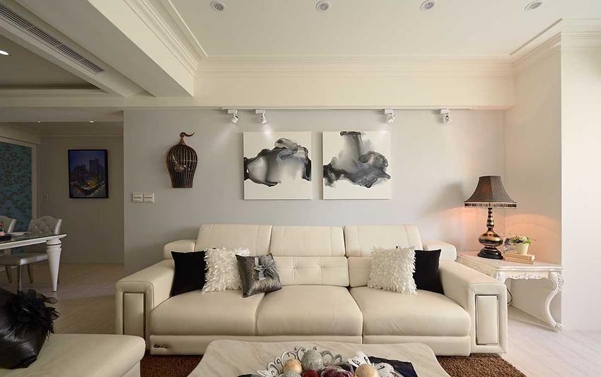 带以现代气息的灰色基底,是全室的重点彩度,佐上非新古典的沙发家私,谐和引述出 客制化风格表情。