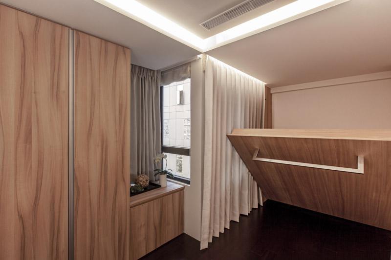 日式元素出现在了卧室中,不仅是木质的,而且还可以向上收起留出空间的设计都是日式风格的典范。