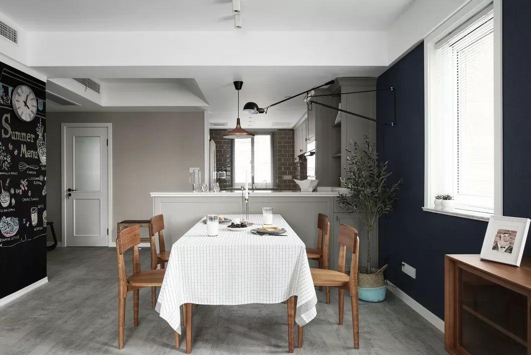 由餐厅看向厨房,增加互动性与实用性,色调简单明快。