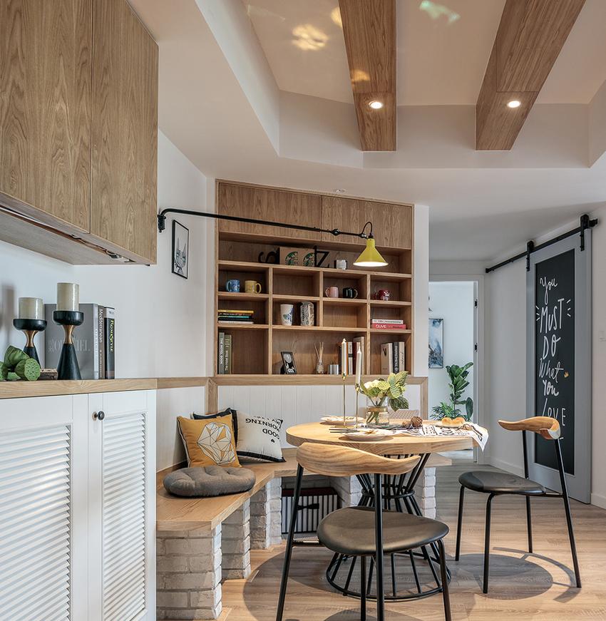 改变原本空间结构,入户至房间方向形成S形动线,让一进家门视觉延伸更有想象空间。
