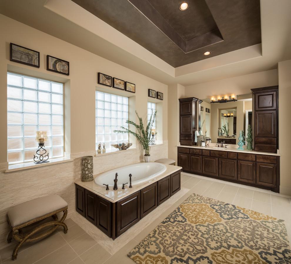 卫生间设计了收纳小柜节约了更多的面积。