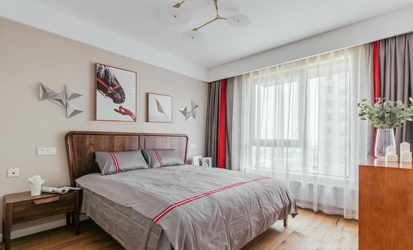 卧室色彩与主题色调相互呼应,没有过多的色彩、布置和家具,没有喧嚣与繁复,一派宁静悠远。