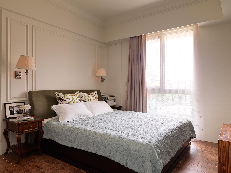 主卧延续浅色乳胶漆墙面,打造清新美式空间。