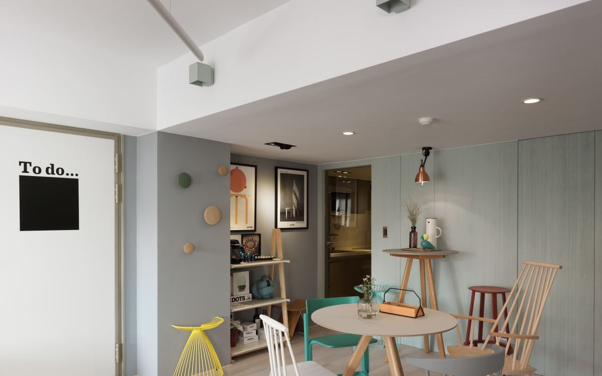 空间的有限,所以厨房设计成暗格的门,和墙面一个颜色,整体干净整洁