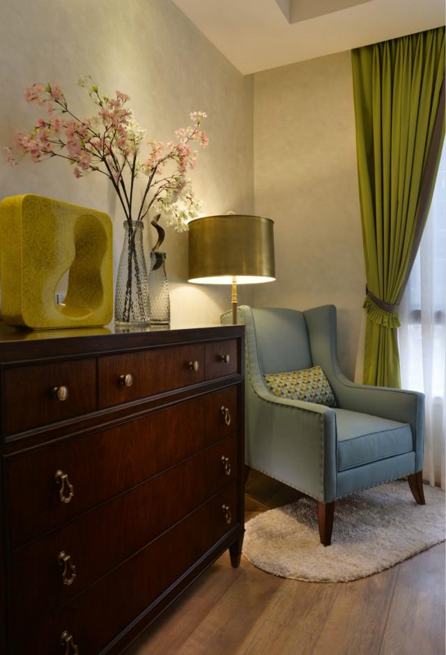 粉色为卧室增添了一丝柔美,绿色窗帘,木地板以及组合柜,都非常贴近自然,散发着朴实生活的气息。