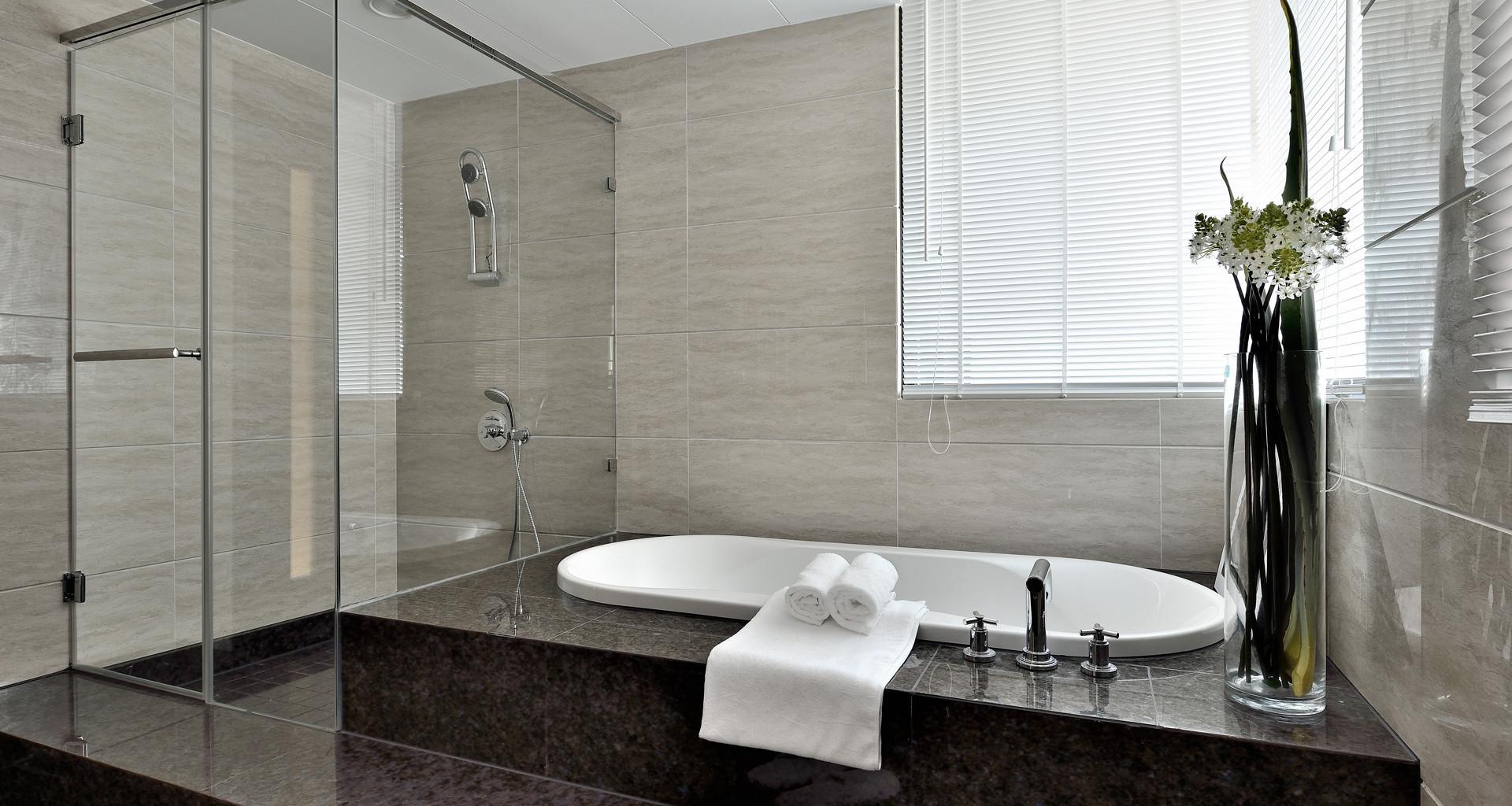 卫浴间是流行的干湿分离设计,用玻璃门将卫浴间一分为二,让淋浴之外的场地保持干燥
