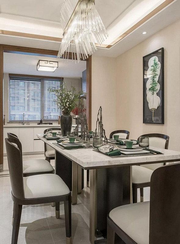 典雅的餐厅里,餐桌上摆放了山体造型的摆件,巧妙的呼应着利用团扇营造出郁郁葱葱的画面的装饰画。