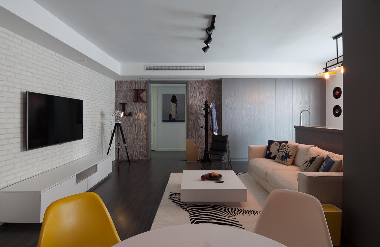 由于空间的有限,餐厅和客厅是一体式,整个空间不显拥挤反而更加温馨